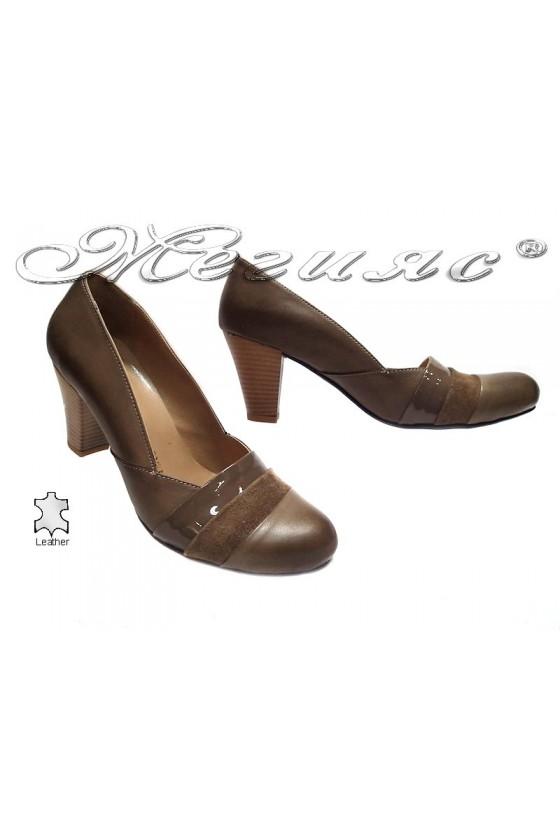 Дамски обувки 137 бежови елегантни среден ток широк заоблени естествена кожа