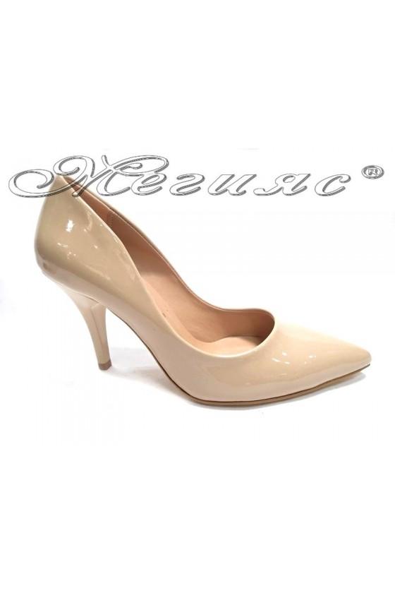 Дамски обувки 1700 бежови лак елегантни остри среден ток