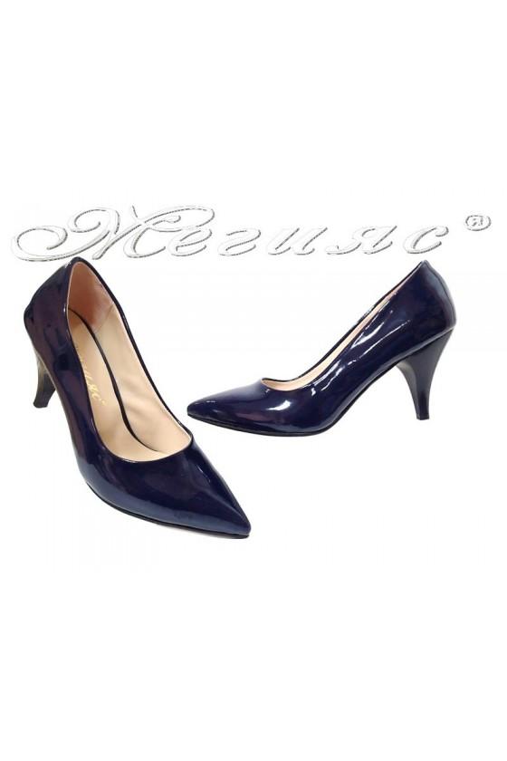Дамски обувки 01103 сини лак елегантни остри среден ток