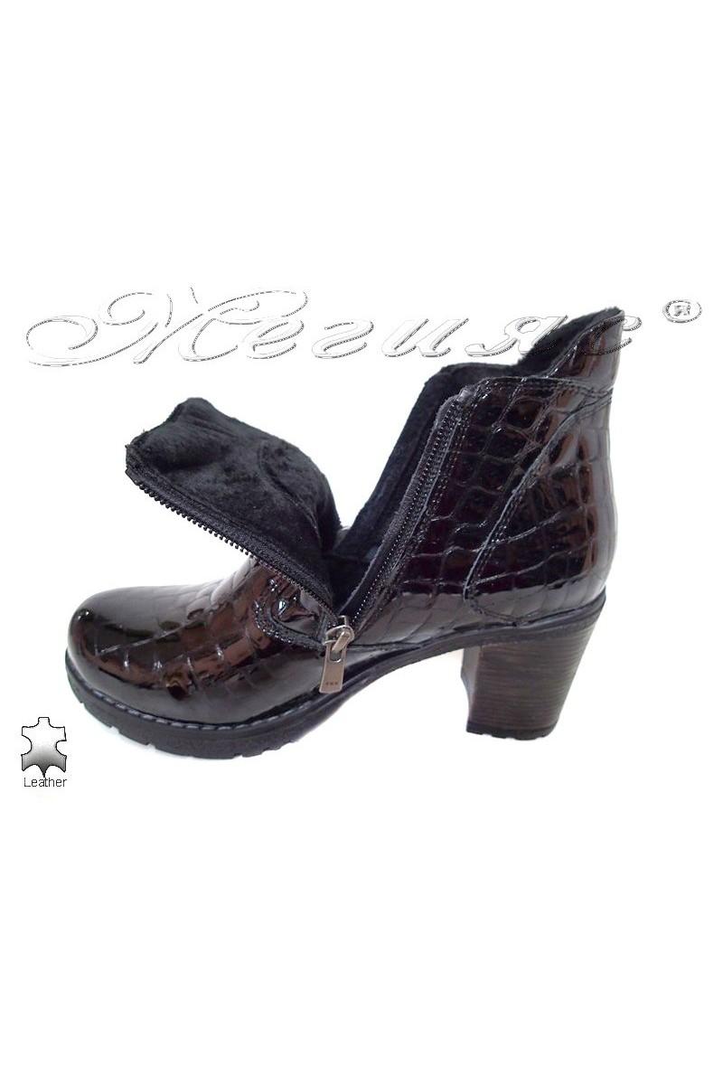 Дамски боти 530 черни кроко естествен лак