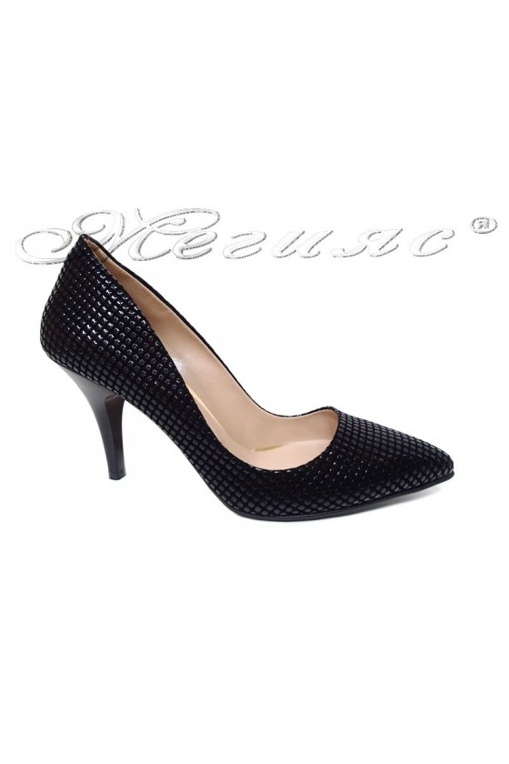 Дамски обувки 1700 черен релеф елегантни остри среден ток