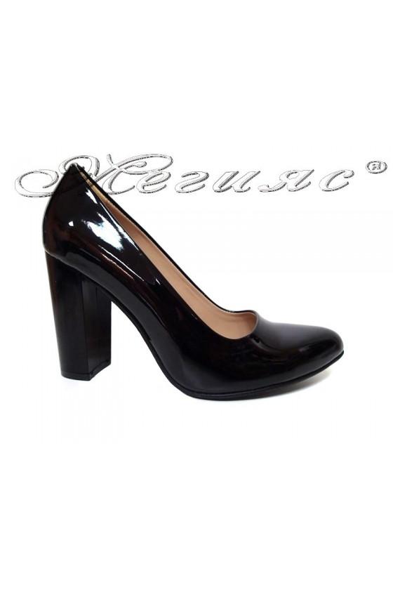 Дамски обувки 706 черни еко лак на широк ток