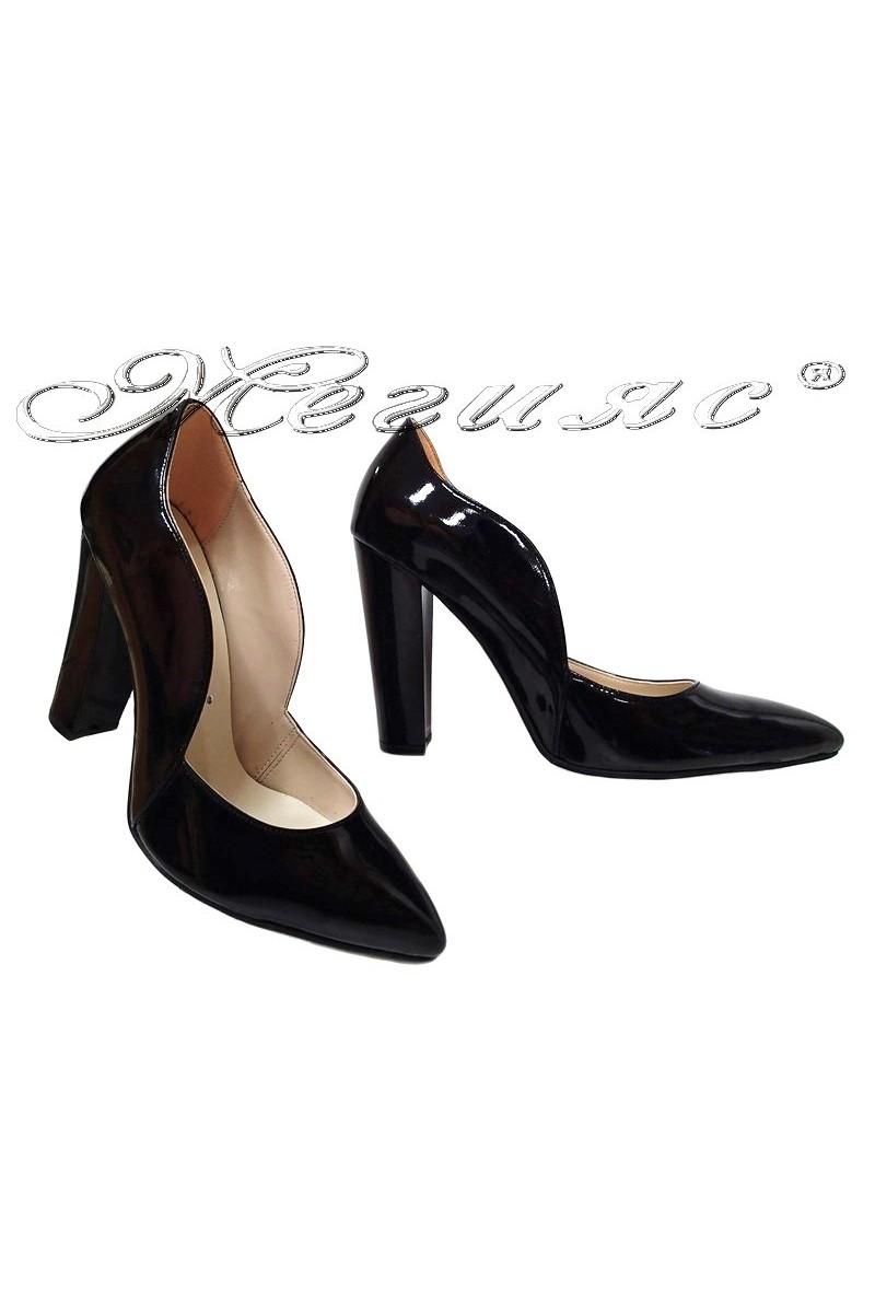 Дамски обувки 198 черни лак елегантни остри с широк ток