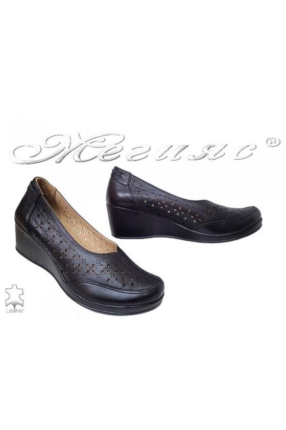 Дамски обувки 642 черни с платформа и перфорация от естествена кожа
