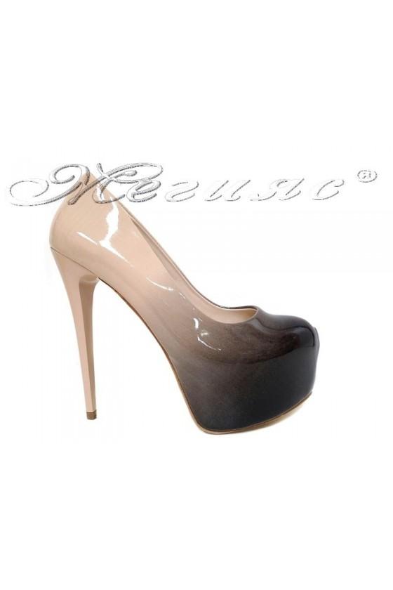 Дамски елегантни обувки 50 черно+бежово преливащ лак висок ток