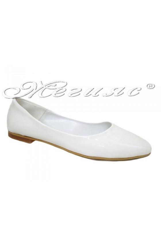 Дамски обувки XXL 101 бели лак равни