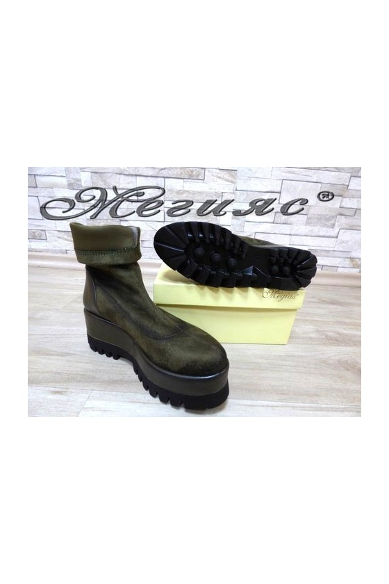 19303 Lady platform boots green suede