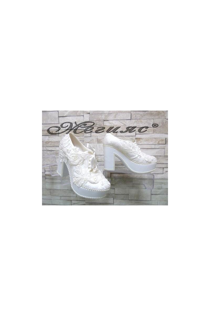 960-03 Дамски бели обувки с широк ток