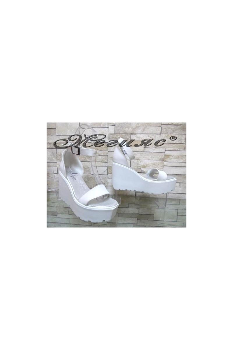 9995 Дамски сандали бели на висока платформа