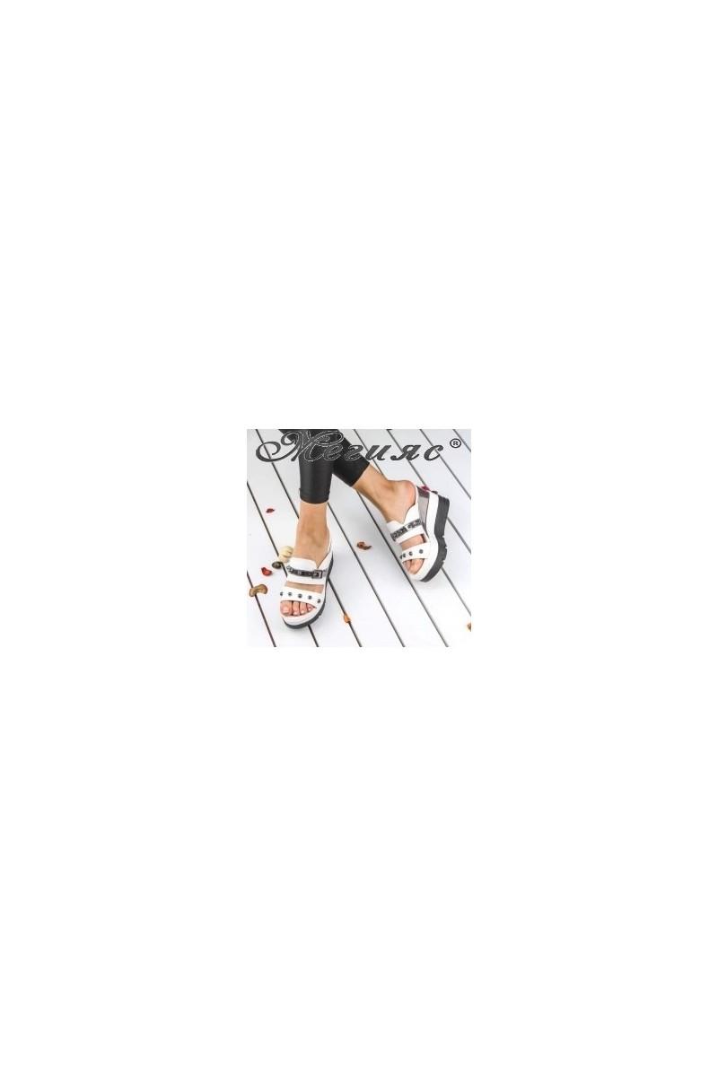 18602 Дамски чехли бели на висока платформа с капси