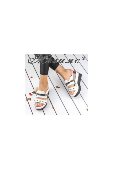 18617 Дамски чехли бели на висока платформа с капси