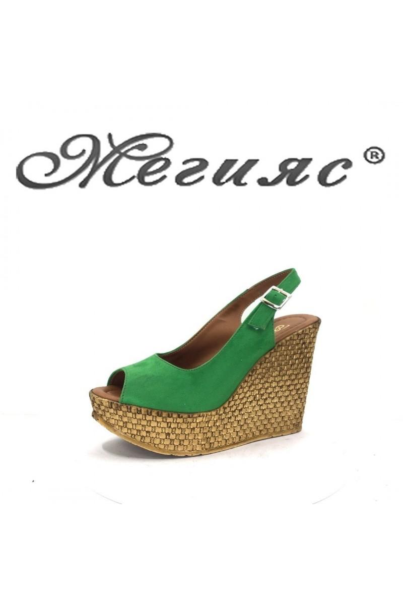 205 Дамски сандали зелен велур на платформа