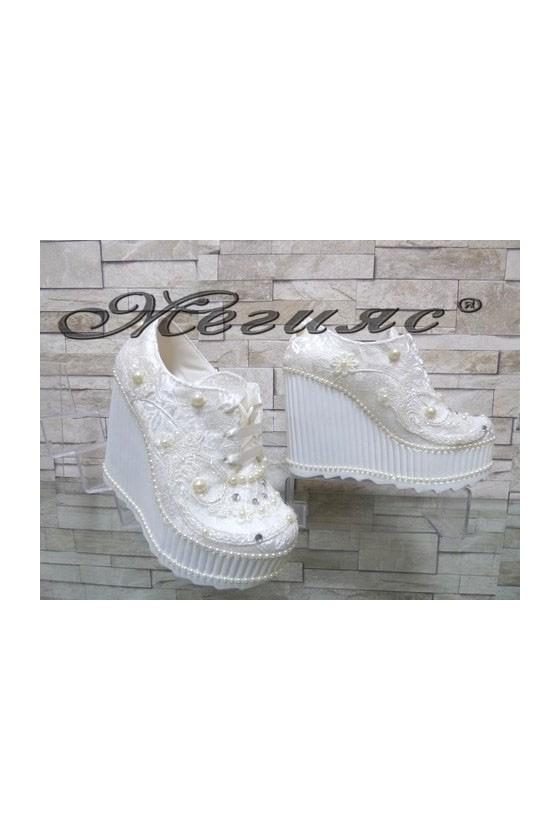 Дамски обувки на висока платформа бели