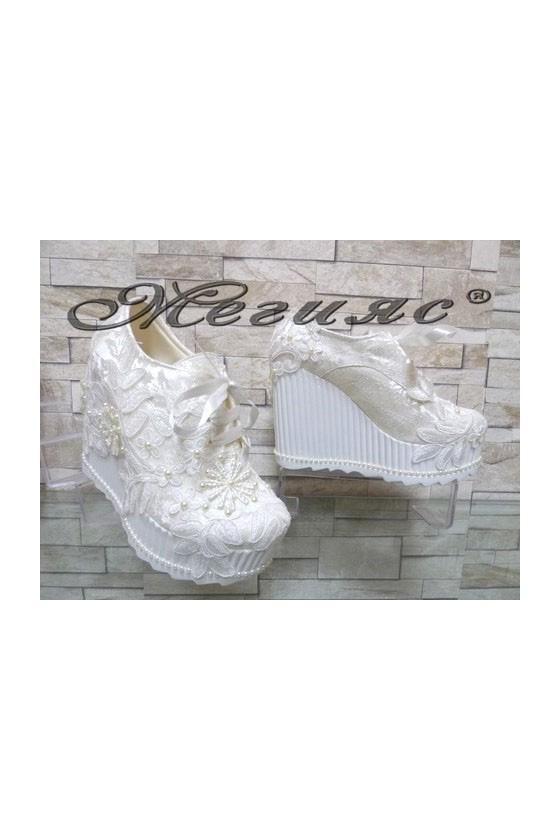 710-11 Дамски бели обувки на висока платформа