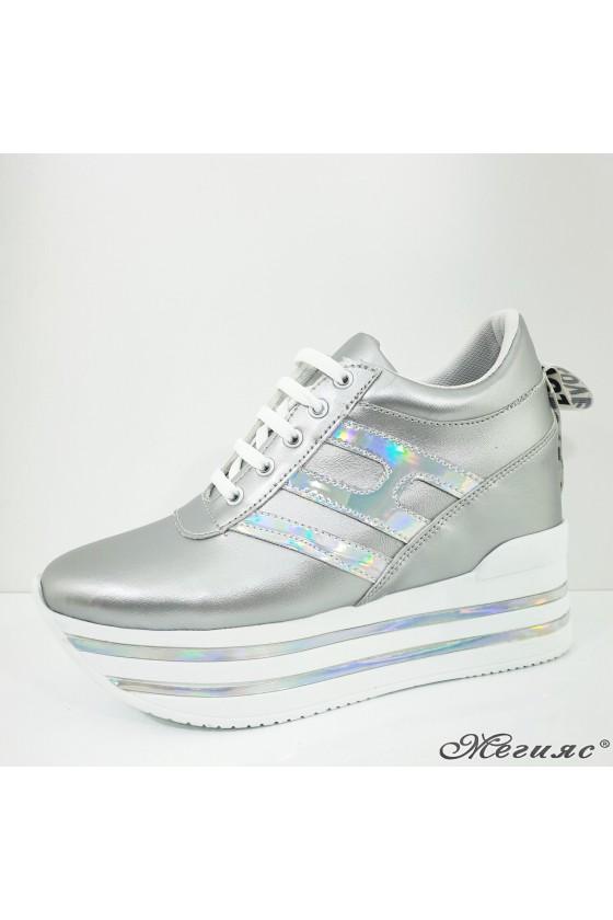 2389 Дамски спортни обувки сребристи еко кожа на платформа