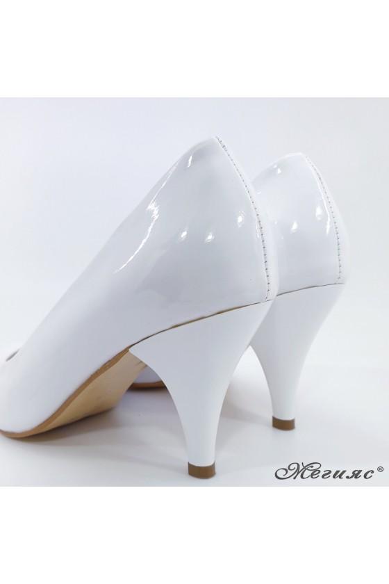 Дамски обувки от еко кожа с лачено покритие бели 700