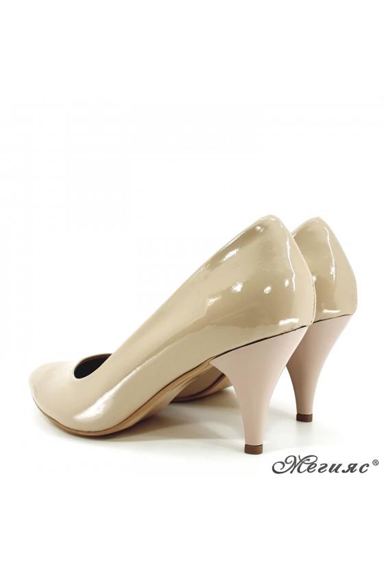 Дамски обувки от еко кожа с лачено покритие бежови 700