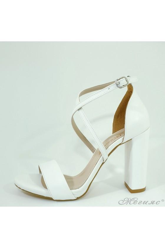 Дамски сандали на дебел ток елегантни бели 107
