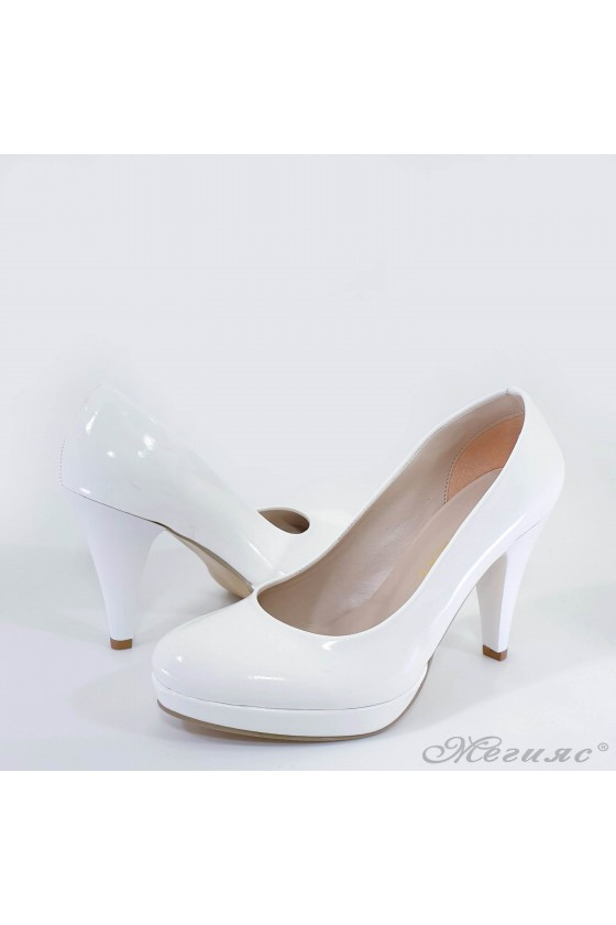 Дамски обувки от лак бели 520