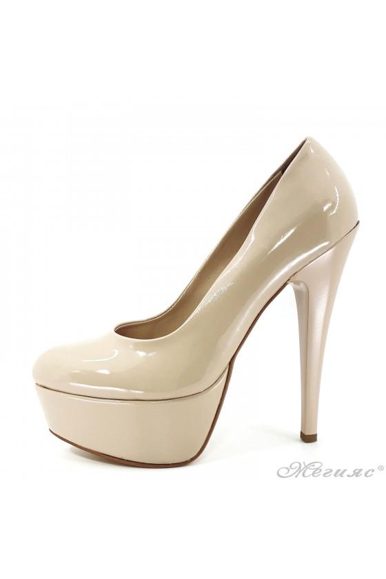 Дамски обувки на ток от лак бежови 51